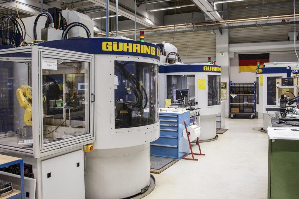 Die präzisen Nachschliffe erfolgen auf modernen Schleifmaschinen aus dem eigenen Maschinenbau...